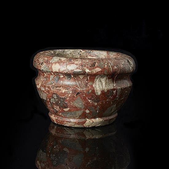 Mortier en marbre brèche d'Egypte de couleurrouge, forme circulaire au corps renfl.