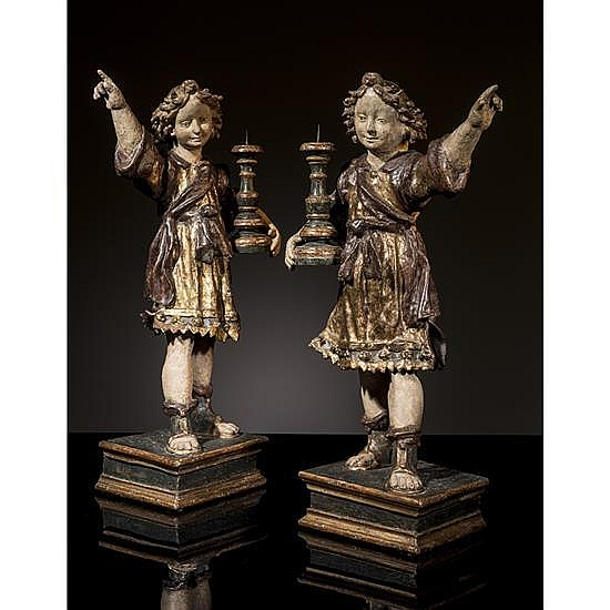 Paires d'anges céroféraires en carta pestapolychromée et dorée avec âme en bois. Debout