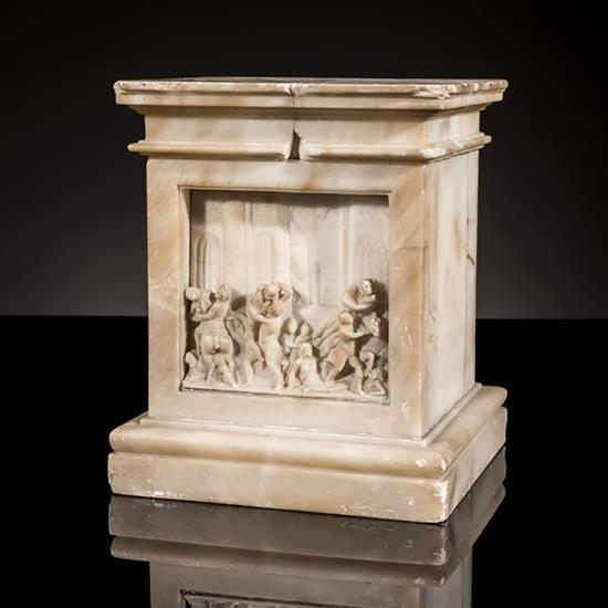 Socle en marbre blanc de forme carrée à décoren bas-relief de l'Enlèvement des Sabines