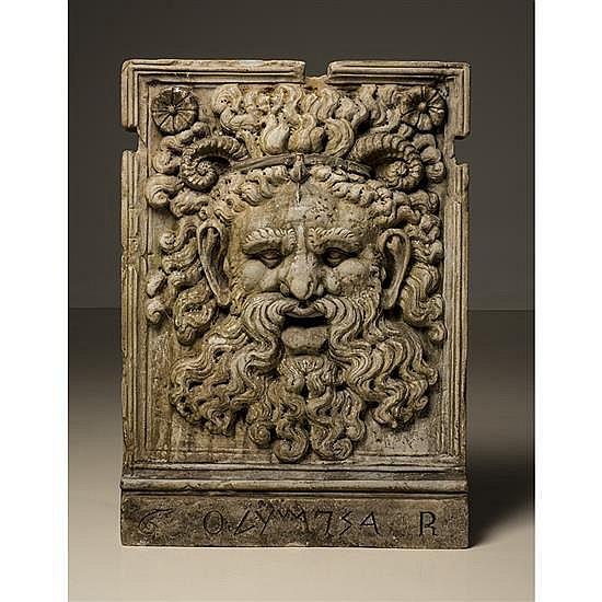 Grande plaque, bouche de fontaine, en marbresculpté en bas-relief d'une tête d'homme à la