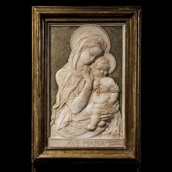 Vierge à l'Enfant en marbre sculpté en basrelief sur fond piqueté, inscription en bas AVE.MARIA accompagnée de la signature en bas à