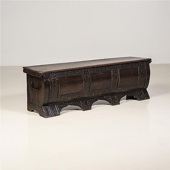 Cassone en bois de résineux de forme tombeau ;façade bombée à trois panneaux dans un