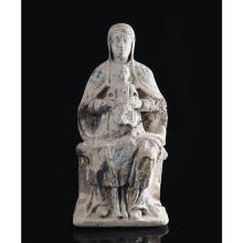 Vierge en majesté en pierre calcaire sculptéeavec restes de monochromie, dos plat hormis