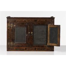 Tableau à ardoises dans un encadrement en bois marqueté ouvrant à deux petites portes à double châssis ; pentures en laiton.Allemagn...