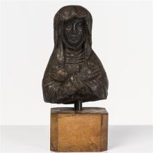 Buste de Vierge en pierre patinée en noir. Visage ovale encadré par une guimpe et un voile, les bras croisés sur la poitrine.XVIe si...