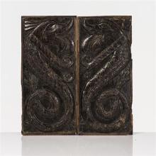 Paire de panneaux en chêne sculpté en bas-relief de deux animaux fantastiques serpentiformes à la gueule ouverte et à la queue enrou...