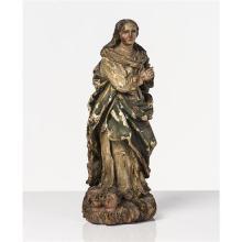 Vierge en bois sculpté en ronde-bosse polychromé et doré. Debout sur des nuées d''où sortent deux têtes d''angelots, les mains jointes.
