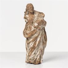 Saint Joseph en terre cuite avec restes de monochromie blanche. Debout, tenant l''Enfant sur le côté gauche, il est vêtu d''une tuniqu.