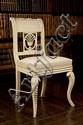 Chaise en bois repeint à dossier en enroulement ajouré d'une palmette, les pieds avant galbés. Travail probablement italien du début d