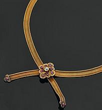 Collier ruban en or jaune 585 millièmes (14 kts) tressé, le centre formant