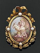 Broche en or jaune de forme ovale à décor de noeud de rubans, ornée au centre d'une miniature émaillée en polychromie d'Amours et d'