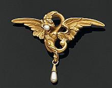Broche chimère en or jaune gravé, retenant une perle bouton et une perle poire en pampille. Poids brut : 6 g