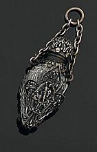 Pendentif en verre blanc, la monture en métal à décor de fleurs de lys, orné sur une face de Saint Georges terrassant le dragon XIXè...
