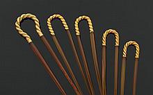 Lot de cinq épingles de chignon, en écaille, les montures en or jaune torsadé, l'une d'elles plus importante