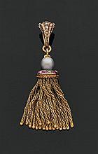 Pendentif pompon en or jaune, orné d'une perle grise dans un entourage de diamants taillés en rose et de rubis alternés, retenant de..
