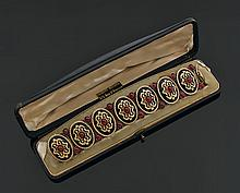WIESE. Bracelet articulé en or, vermeil et métal doublé, composé de sept motifs ovales ornés au centre d'un grenat cabochon dans un ..
