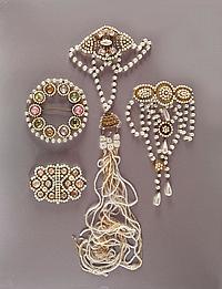 [Sarah BERNHARDT (1844-1923)]. Bijoux et parures de scène. BEL ENSEMBLE de bijoux de scène et de parures en fausses et perles et p...