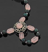 Collier orné de boules en jaspe sanguin et de quartz rose de forme géométrique alternés et décoré d'un motif en métal figurant des f..