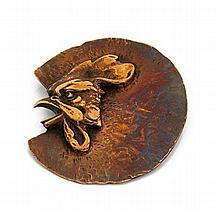 Line VAUTRIN (1913-1997) Coq de profil Bronze à patine cuivrée signé au dos Diamètre: 7,5 cm