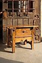 Table en bois mélangés ouvrant à un grand tiroir avec bandeau découpé en façade ; bouton de tirage en fer forgé avec platine losangé...