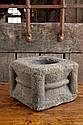 Mortier en granit de forme carrée avec corps mouluré et colonnes cylindriques aux quatre angles
