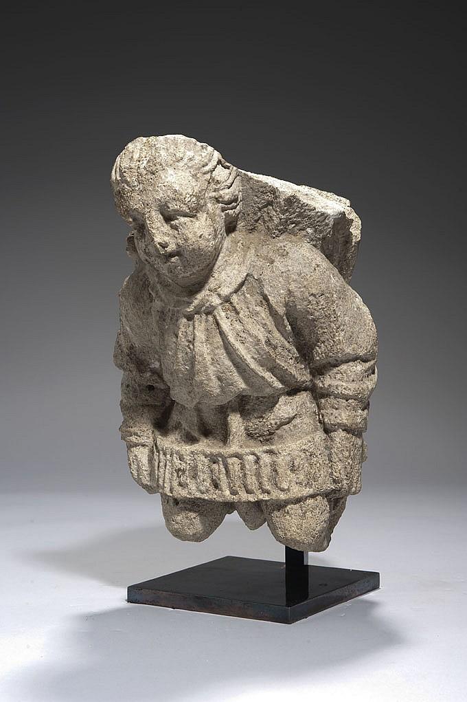 Corbeau en pierre calcaire sculptée en haut relief représentant un ange. En position agenouillée, la tête penchée vers l'avant, il tie