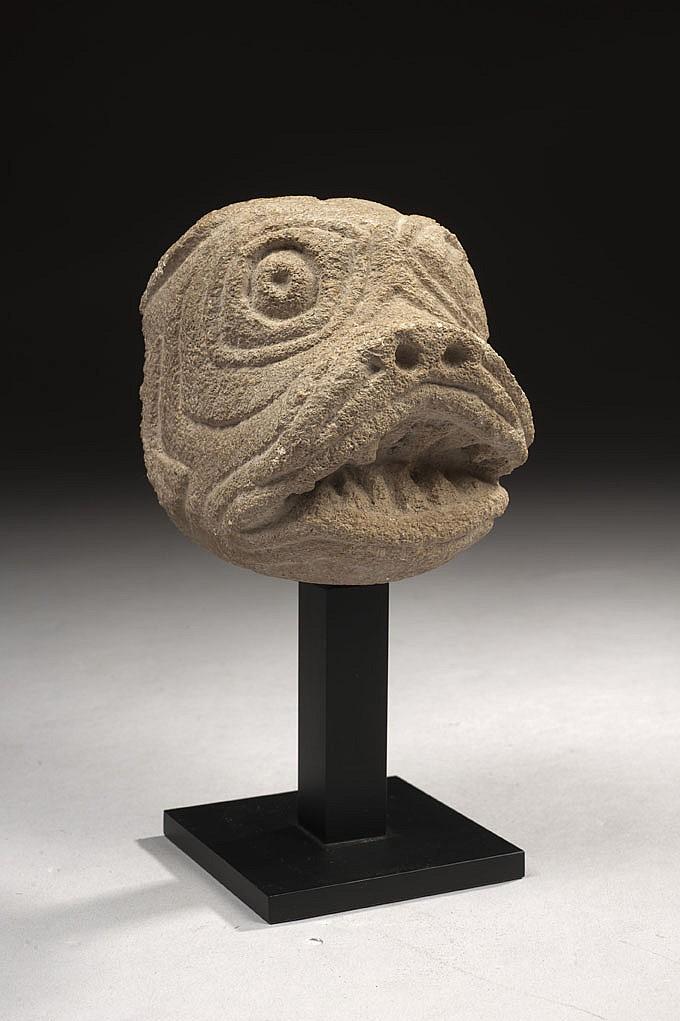 Tête d'animal fantastique en pierre calcaire sculptée