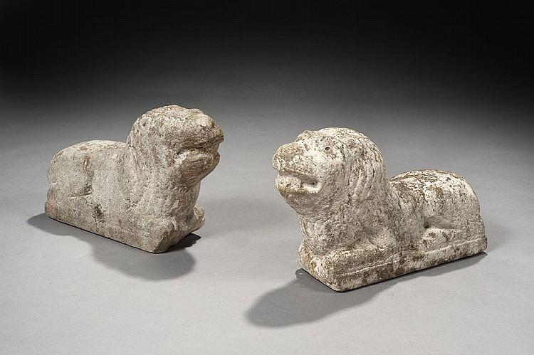 Paire de lions en pierre calcaire sculptée