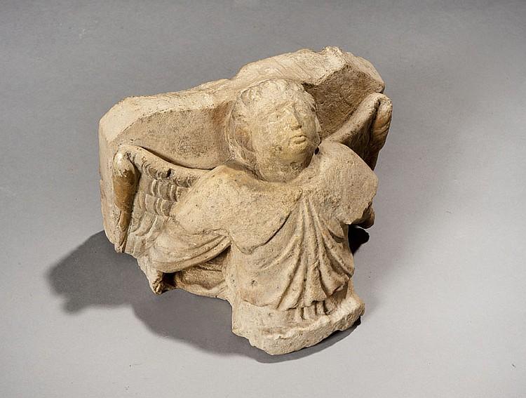 Console en pierre calcaire sculptée représentant un ange en buste aux bras en arrière et dont les ailes déployées soutiennent la plaque