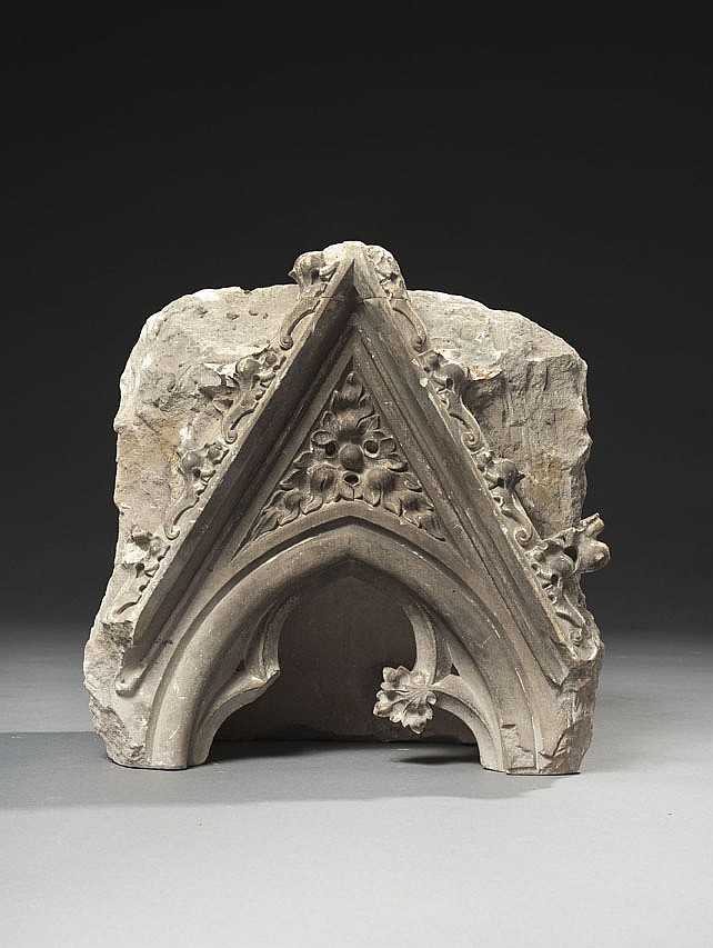 Gable en pierre calcaire sculptée, partie supérieure d'une niche