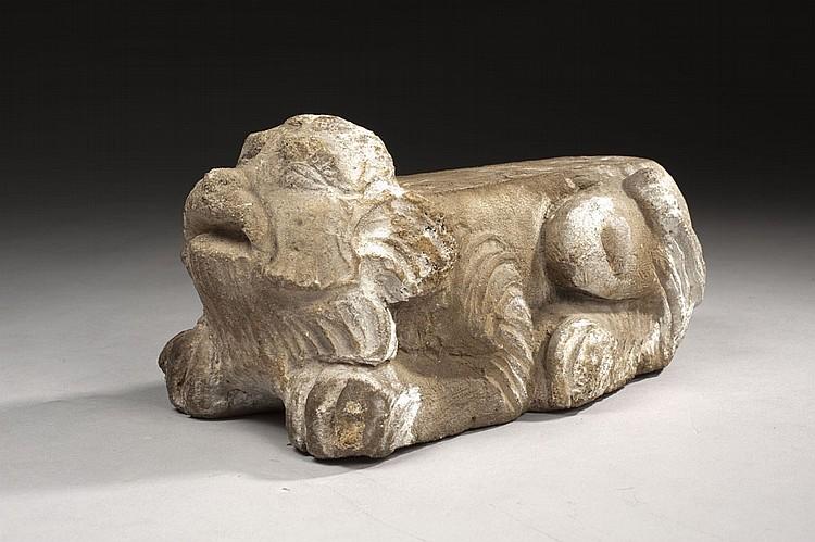 Lion en pierre calcaire sculptée servant de support