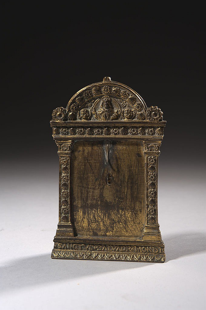 Baiser de Paix en bronze doré. Encadrement architecturé avec fronton circulaire avec une présentation de Dieu le Père en buste dans une