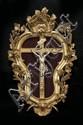 Crucifix avec Christ, crâne et titulus en ivoire dans un cadre en bois doré de forme violonée sculpté et ajouré de pampres et d'épis d
