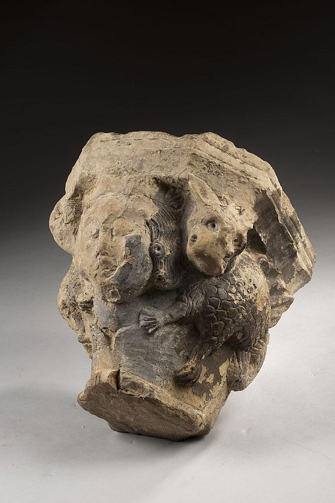 Chapiteau d'applique en pierre calcaire