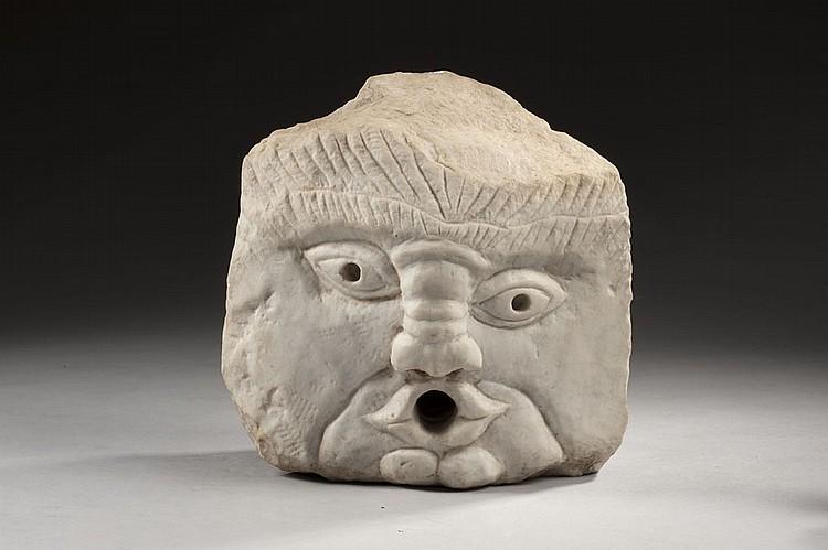 Rare bouche de fontaine en marbre, en forme de mascaron à visage grotesque