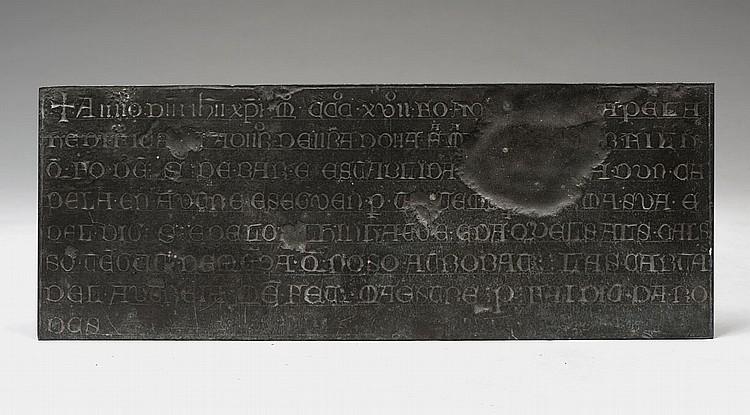 Épitaphe en plomb portant une inscription formée de lettres onciales en langue catalane (?) sur huit lignes commençant par une croix, p