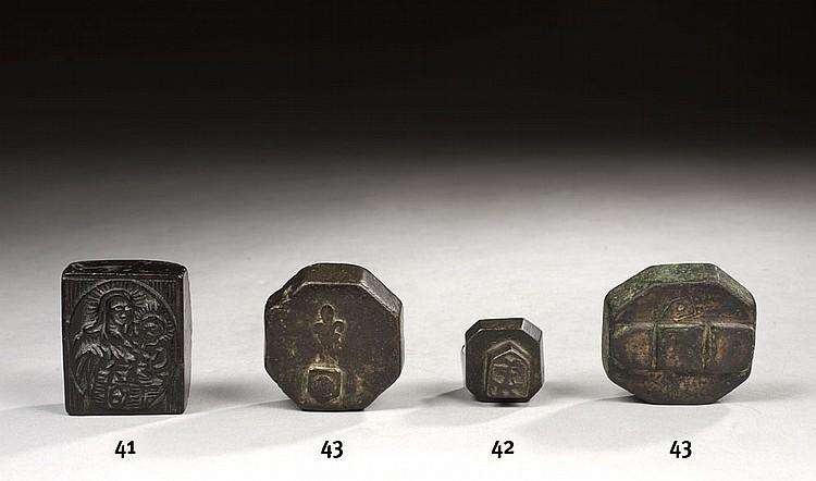 Lot comprenant : - poids en bronze à huit pans avec bande verticale médiane en relief. Contremarques : Fleur de lys, Écu chargé d'un t