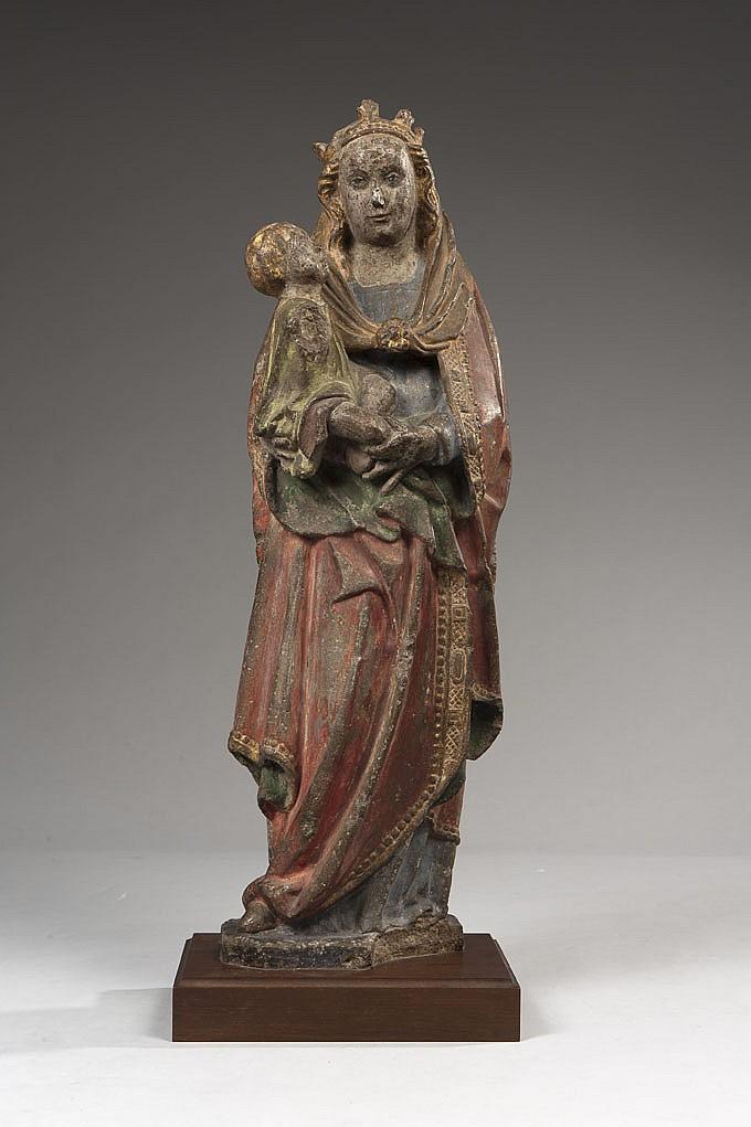 Vierge à l'Enfant en pierre calcaire sculptée et polychromée, dos plat. Debout, la Vierge porte l'Enfant sur son bras droit ; tête ce