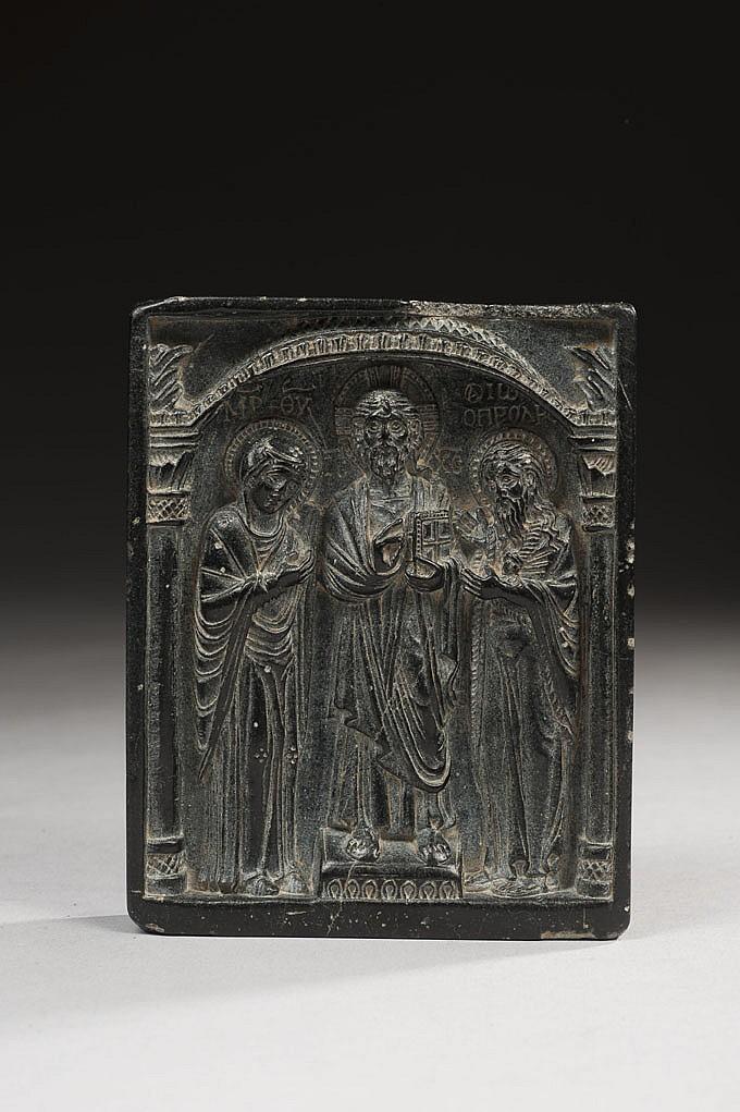 Plaque en serpentine profondément sculptée représentant la Deesis, groupe traditionnel formé du Christ entouré de la Vierge et de saint