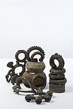 Côte d'Ivoire et Burkina Faso Lot de 21 bracelets en bronze et cuivre d'origines diverses, dont une ancienne menotte d'esclave en fe