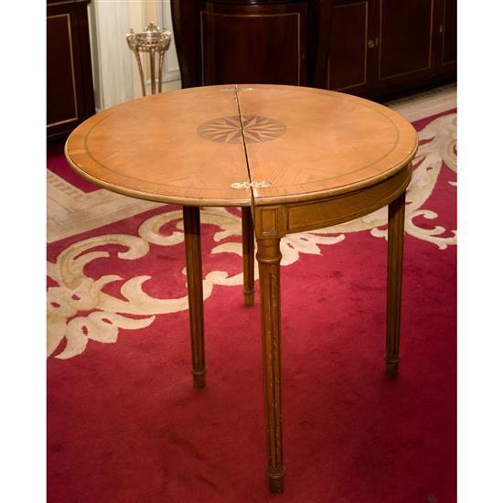 Deux tables demi-lune en bois marqueté (accidents) 74x85x42 cm Dos mesas nedia luna en madera tapa de libro