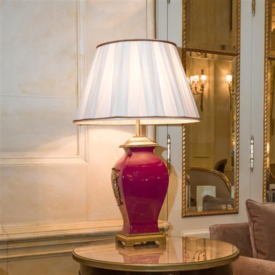 Lampe en céramique rouge, H 80 cm Lampara de sobremesa en porcelana granate y metal