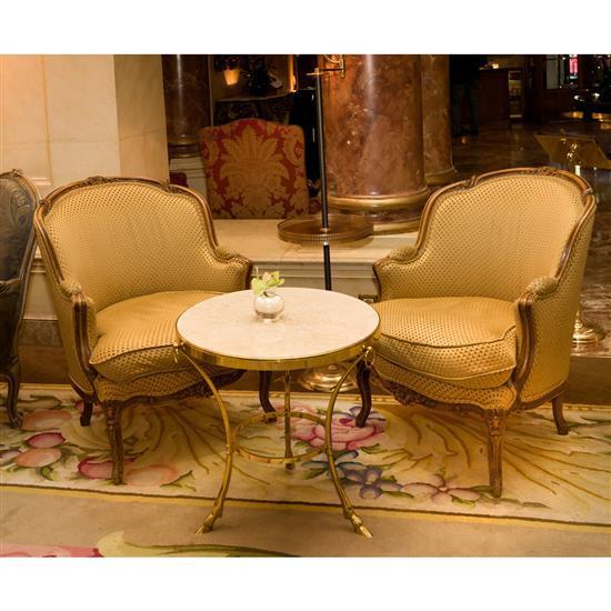 Deux bergères en bois rechampi recouvertes de tissu jaune et beige, 93x86x72 cm Pareja de butacas bergere en tapicería amarilla