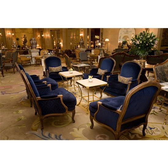 Deux fauteuils en bois rechampi gris tapissés de velours bleu foncé, 97x80x70 cm Pareja de bergeres en madera decapada y tapicería...