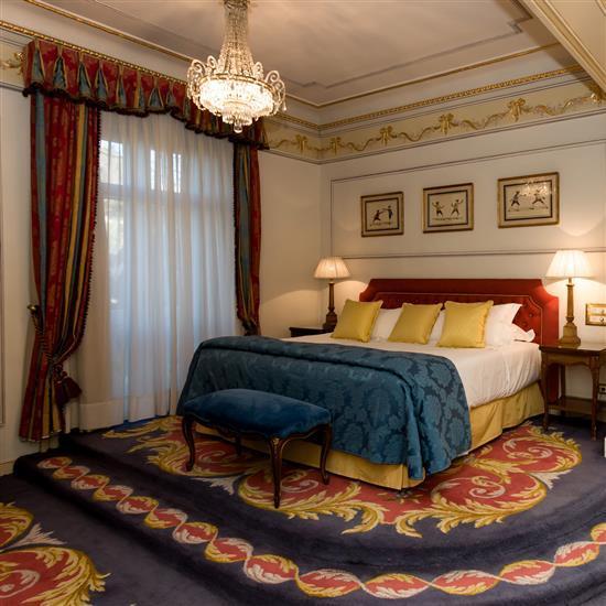 t te de lit couvre lit et paire de rideaux cabecero y corti. Black Bedroom Furniture Sets. Home Design Ideas