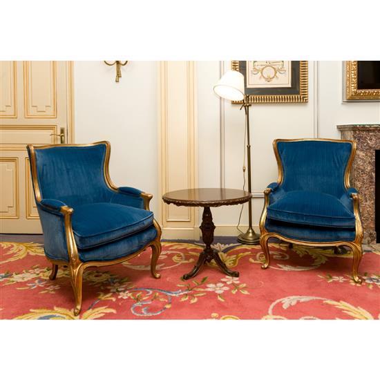 Deux fauteuils en bois doré, 90x65x60cm, un guéridon H 45 x D 60 cm, et lampadaire Pareja de sillones azules, velador y lámpara d...