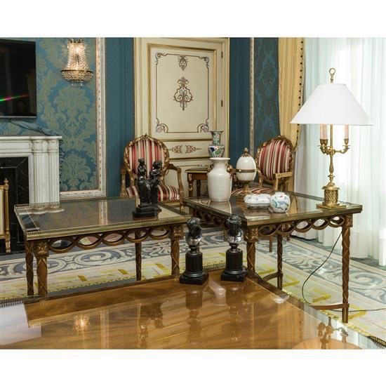 Deux tables en bois doré 68x76x76 cm Pareja de mesas auxiliares altas