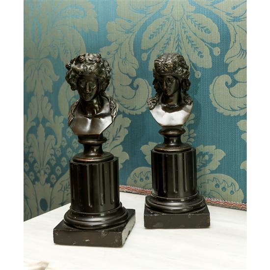 Deux statuettes en bronze patiné, Bacchante et bacchant, H 27 cm Pareja de bustos bronce