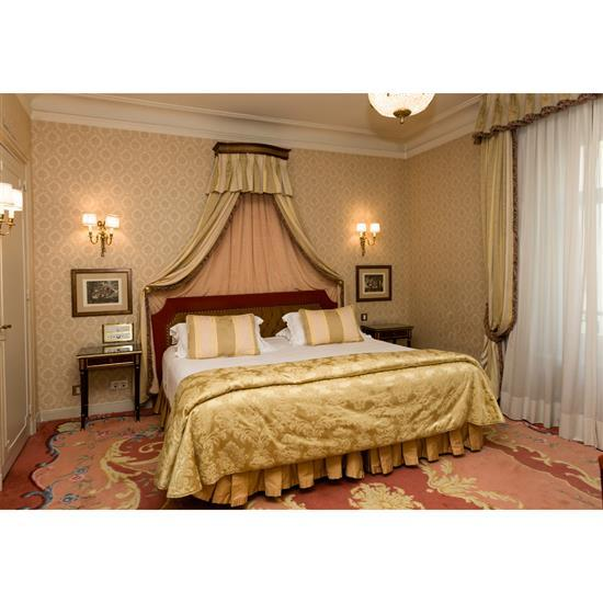 Tête de lit, couvre lit, paire rideaux et deux tables de nuitCabecero, dosel, cortinas y pareja de mesillas
