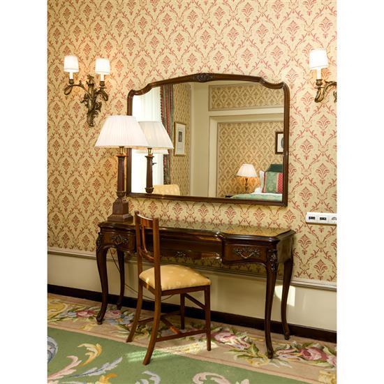 Bureau, 75x116x50 cm, chaise 84x47x40 cm et lampe H 80 cmEscritorio tapa dorada, espejo, silla y lámpara de sobremesa